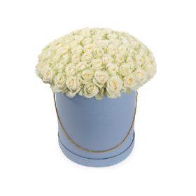 букет білих троянд у капелюшній коробці