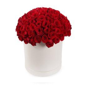 букет червоних троянд у капелюшній коробці