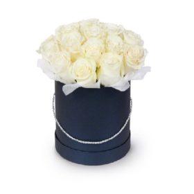 капелюшна коробка з білими трояндами