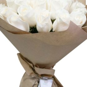 19 білих троянд
