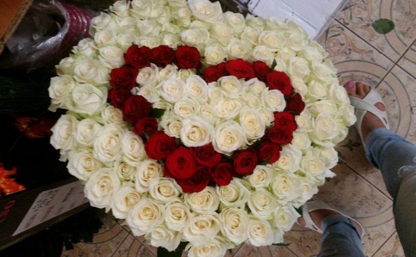 букет серцем з троянд в три шари