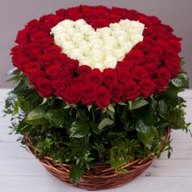 101 троянда: серце в кошику фото