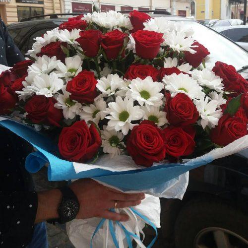 букет з хризантем та троянд