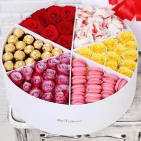 квіти та солодощі в коробці