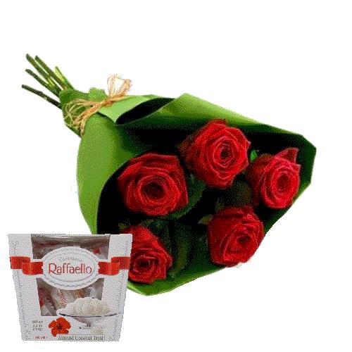 червоні троянди та цукерки