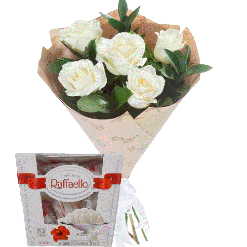 білі троянди та цукерки