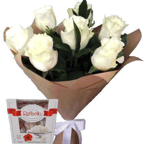 білі троянди та цукерки рафаело