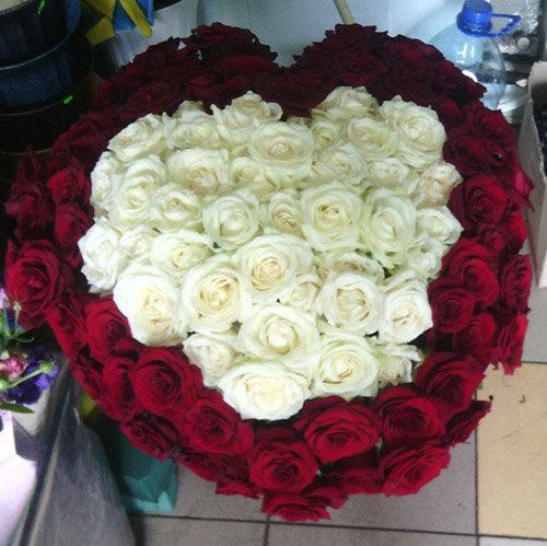 фото букета Серце 101 роза червона та біла