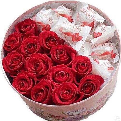 фото подарунка Солодка коробочка троянди та рафаело