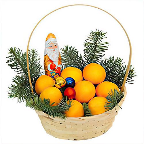 """Кошик """"Казкового року"""" з мандаринами, гілками ялинки та Дідом Морозом"""