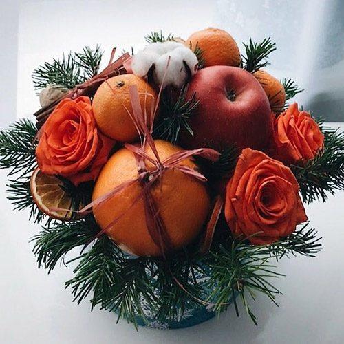 """Коробка """"Помаранчевий настрій"""" квіти та фрукти з ялинковими гілками"""